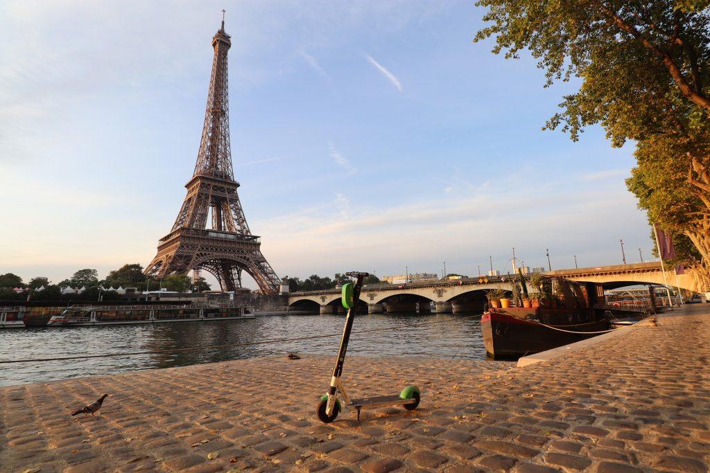 Trottinette sur les pavés parisiens
